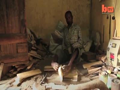 Эфиопский парень без рук делает ковры