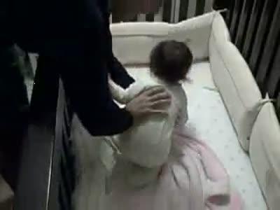 Папаша пытается уложить спать маленького сына