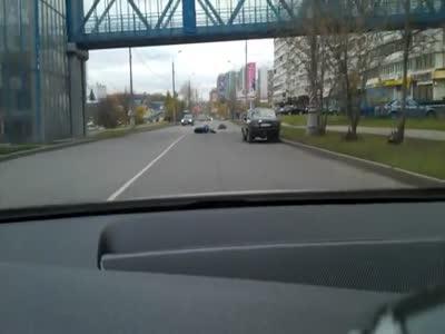 Жесткая авария мотоцикла и автомобиля из-за нарушения правил дорожного движения