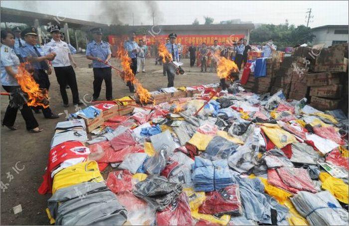 Уничтожение поддельной продукции в Китае (15 фото)