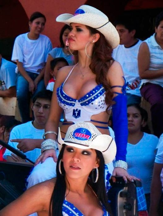 Mexican girls making out — pic 6
