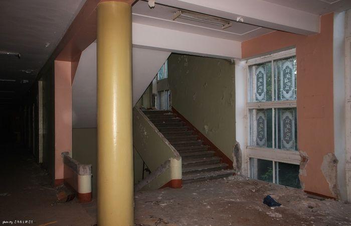 Заброшенная гимназия (42 фото)