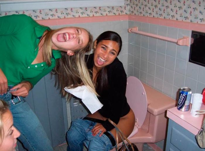 Пьяные девушки в туалете писают, фото минет частное заснятое без палева