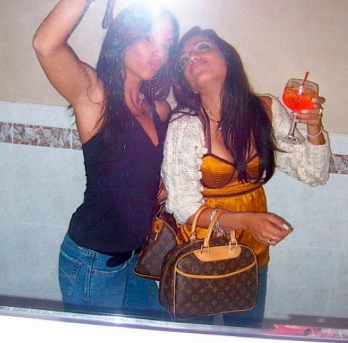 Пьяные девушки в уборной (89 фото)