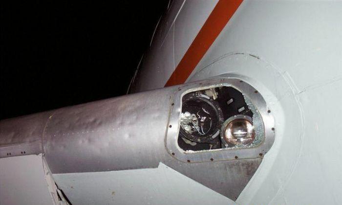 Самолет попал под град (9 фото)