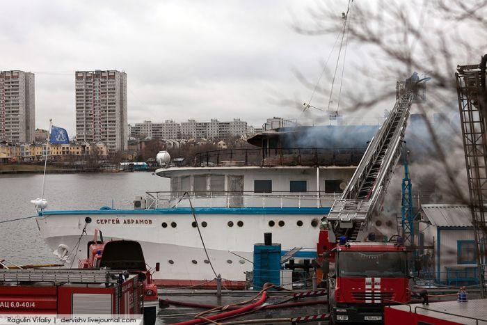 "Сгорел теплоход ""Сергей Абрамов"" (28 фото)"