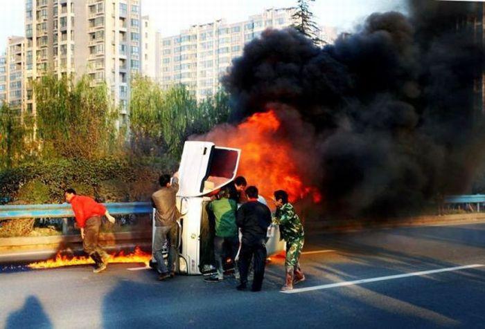 Спасение из пылающего авто (8 фото)