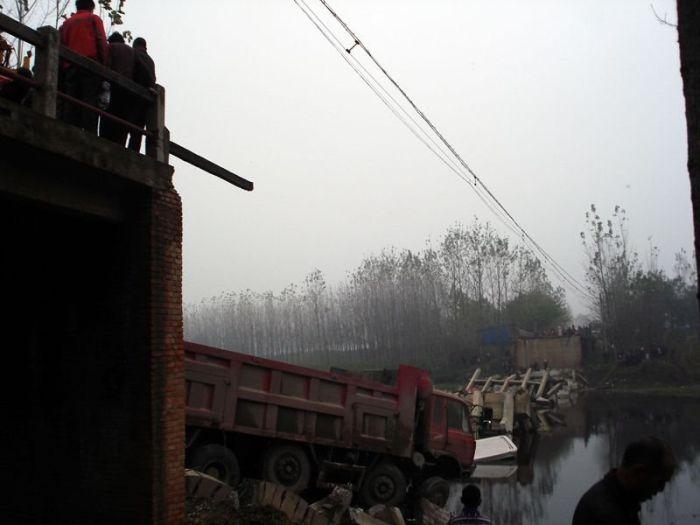 Обрушение моста в Китае (4 фото)