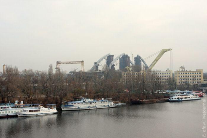 В Киеве в реку рухнул кран (53 фото + видео)