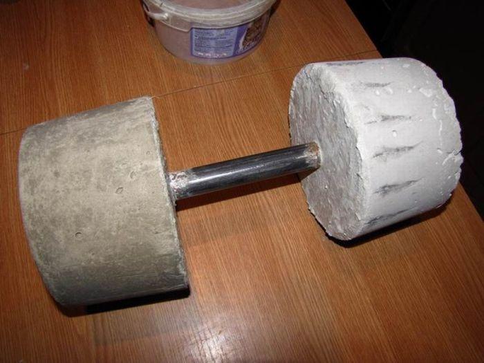 Суровая гантель из бетона (8 фото)