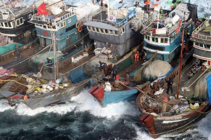 Китайские рыбаки уходят от погони (4 фото)