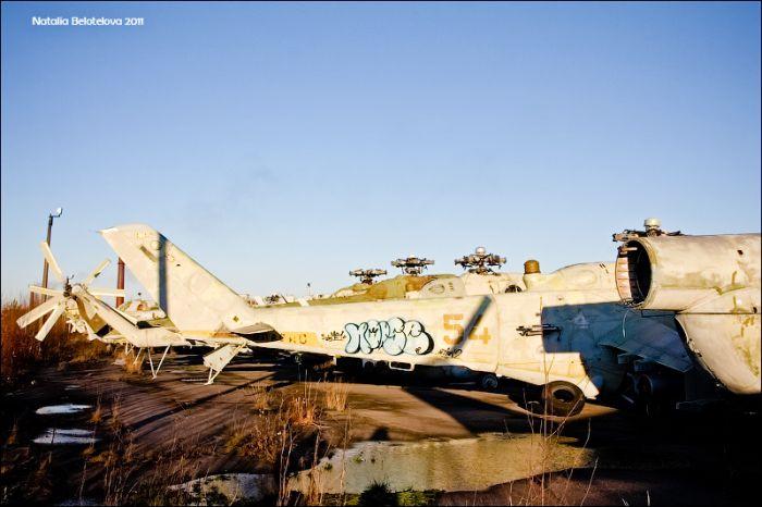 Кладбище военной техники под Санкт-Петербургом (39 фото)
