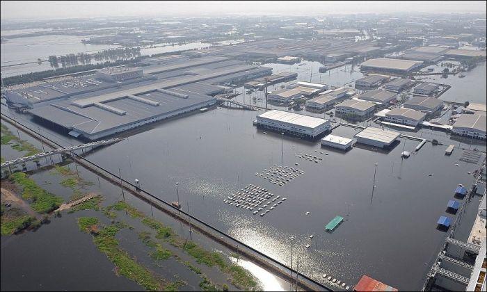 Завод Honda после наводнения в Таиланде (3 фото)