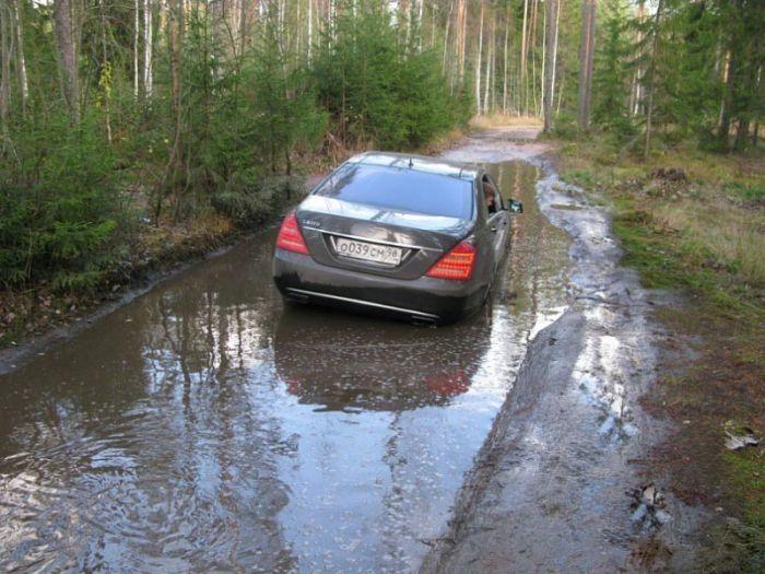 Mercedes-Benz S600 угодил в лужу (4 фото)