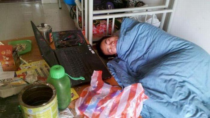 Студент из Китая готовится к сессии (15 фото)