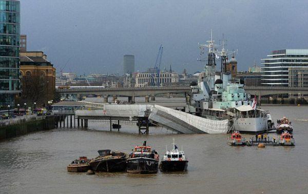 Происшествие на реке Темза (10 фото)