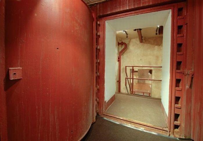 Оружейное хранилище переоборудовано в бункер (17 фото)