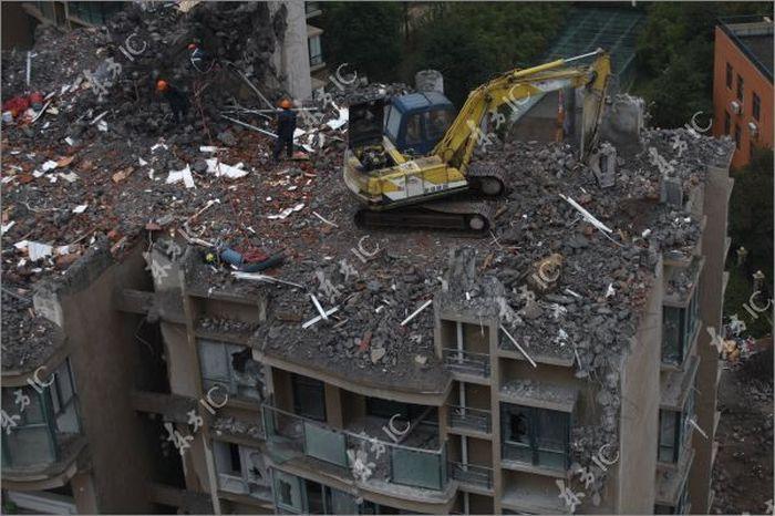 Разрушение дома в Китае (14 фото)