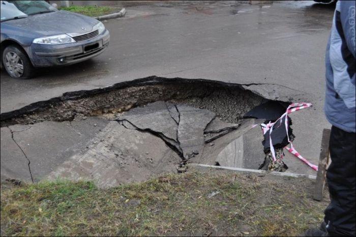 Провал асфальта в Пскове (11 фото)