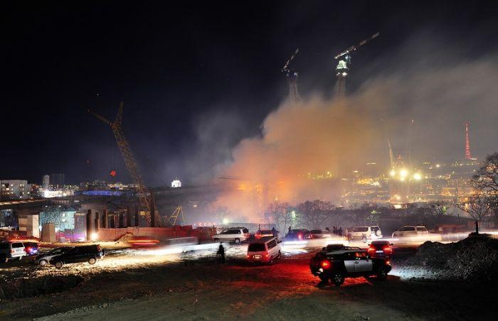 Сильнейший пожар на мосту во Владивостоке (64 фото)