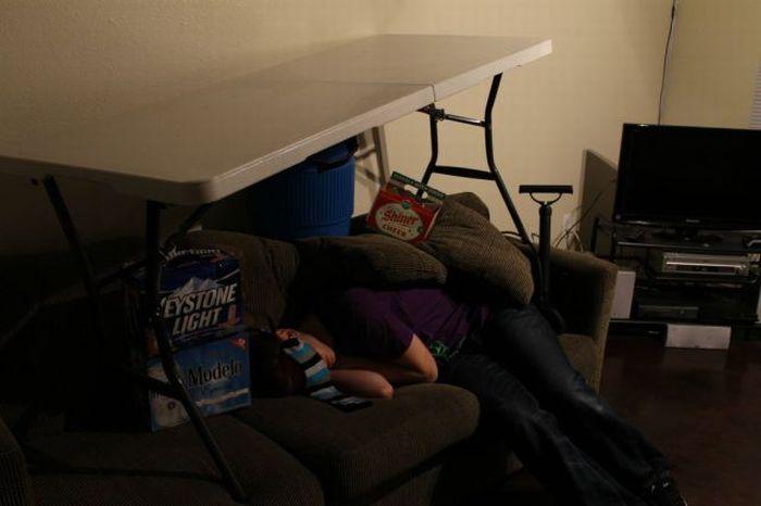Прикол над пьяным другом (9 фото)