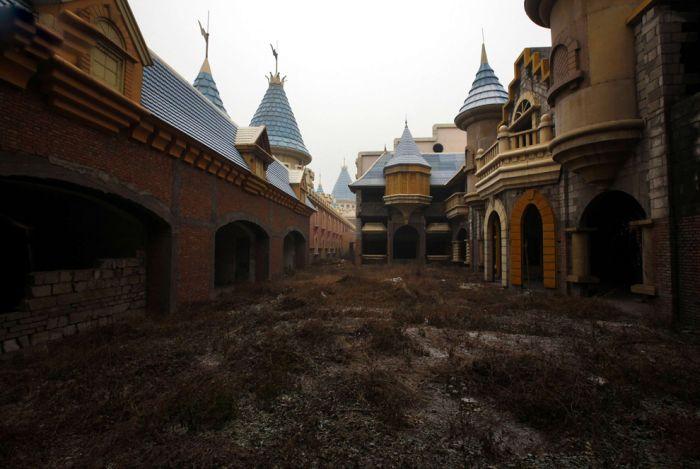 Заброшенный китайский диснейленд (18 фото)