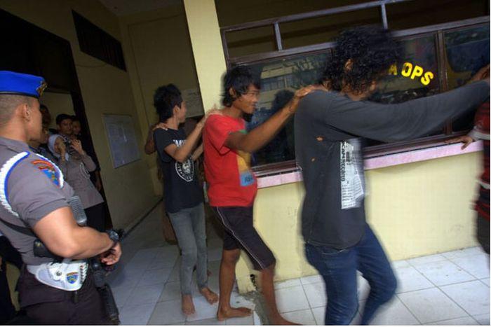 В Индонезии подстригли панков (15 фото)