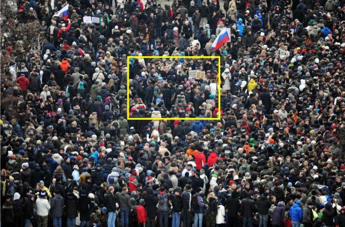 Сколько людей в толпе (2 фото)