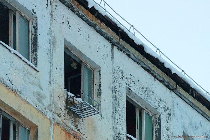 Заброшенное здание гостиничного типа в Норильске (55 фото)