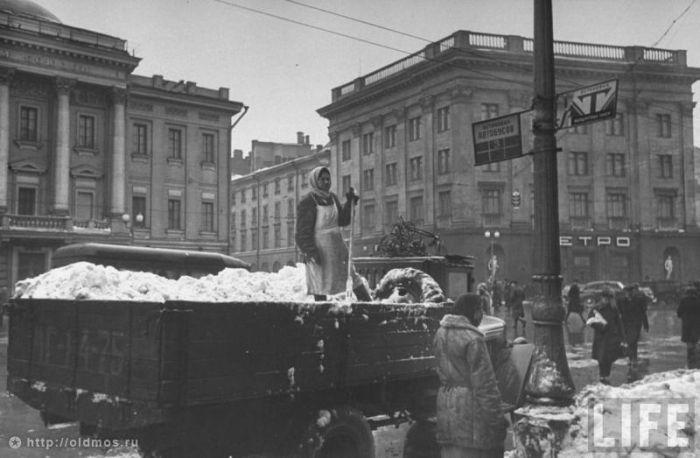 Уборка снега в Старой Москве (18 фото)