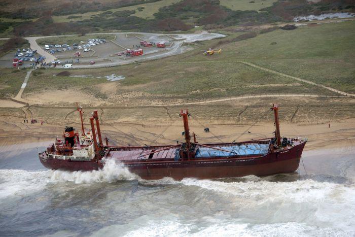 Сухогруз выбросило на берег (13 фото)
