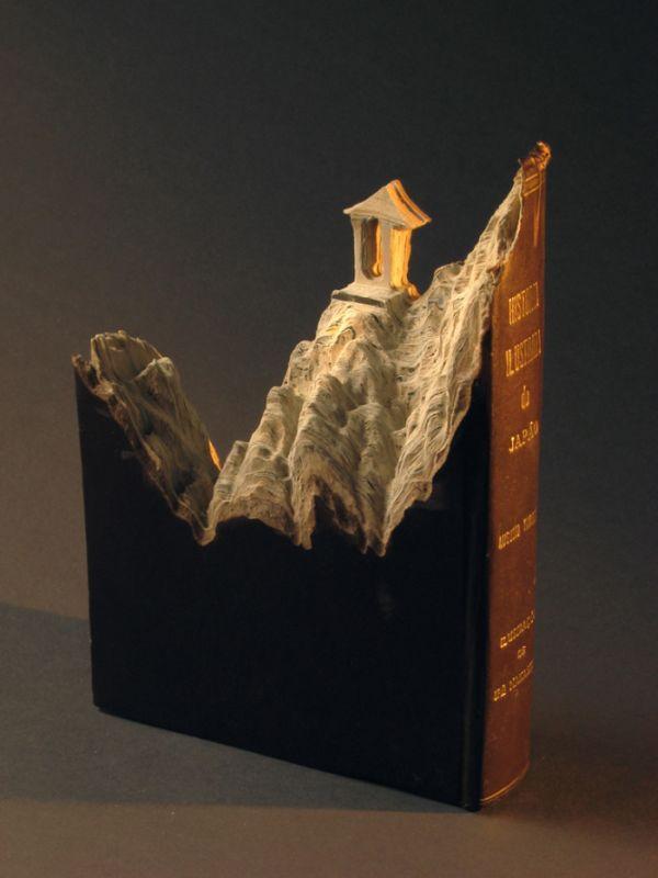 Фигуры из книг (18 фото)