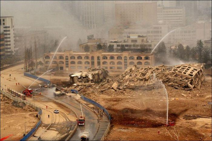 Взрыв многоэтажного здания в Китае (7 фото)