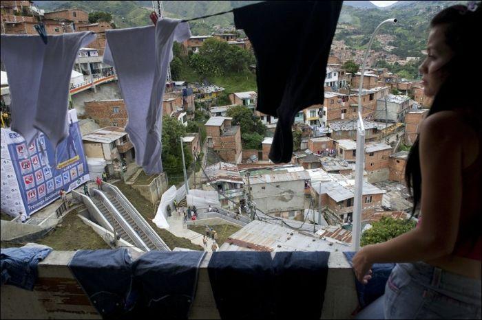 Эскалаторы в колумбийских трущобах (5 фото)