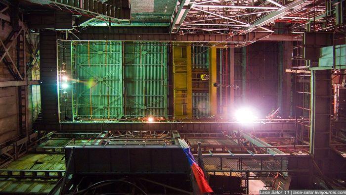 Блоггеры проникли на секретный завод (93 фото)