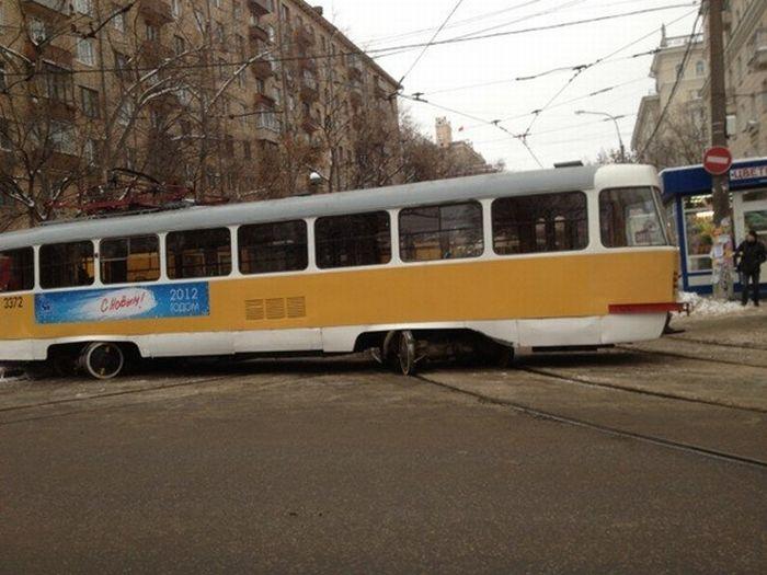 Трамвай пошел на обгон (2 фото)