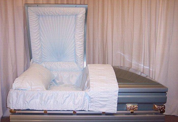 Гигантские гробы в США (11 фото)
