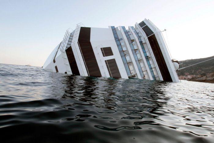 Крушение круизного судна уберегов Италии (32 фото + видео)