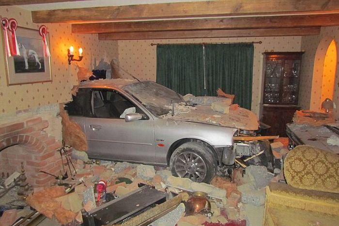 Автомобиль протаранил дом (5 фото)
