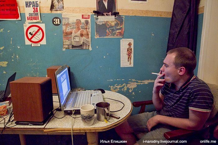 """Жизнь """"нацбола"""" в московской квартире (36 фото)"""