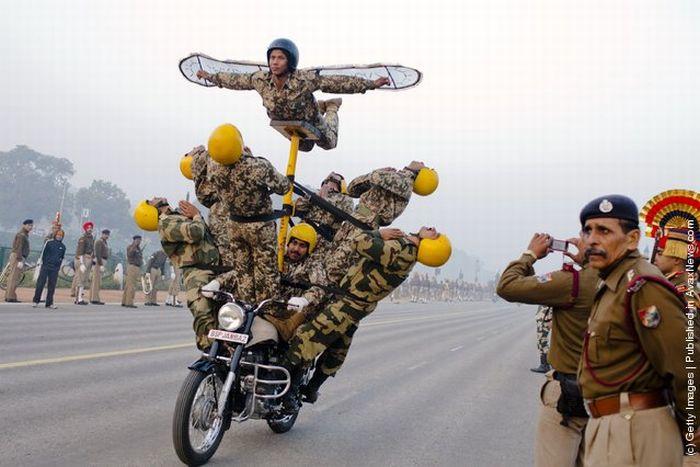 Индийские полицейские показали безумные трюки на мотоциклах