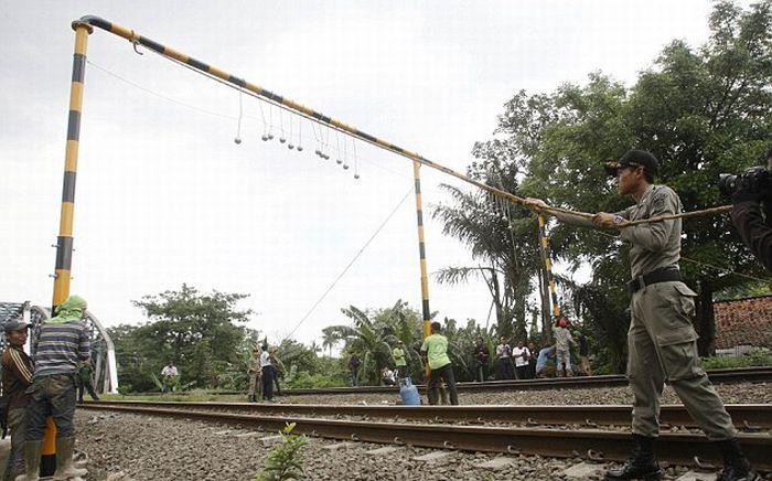 Борьба с безбилетниками в Индонезии (3 фото + видео)