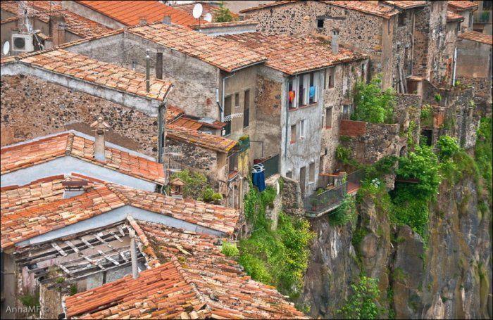 Дома на краю обрыва (18 фото)