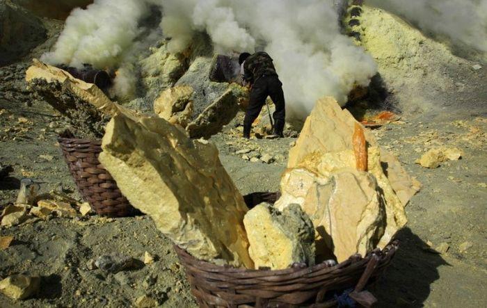 Как добывают серу в Индонезии (22 фото)