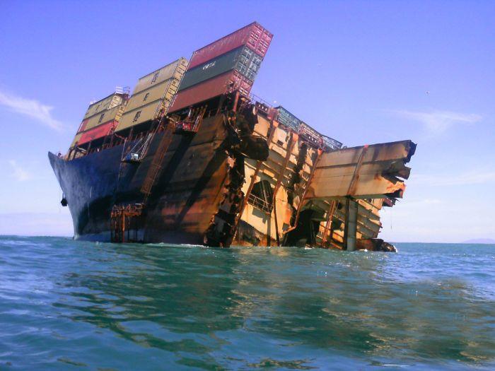 Сухогруз Rena ушел под воду (25 фото)