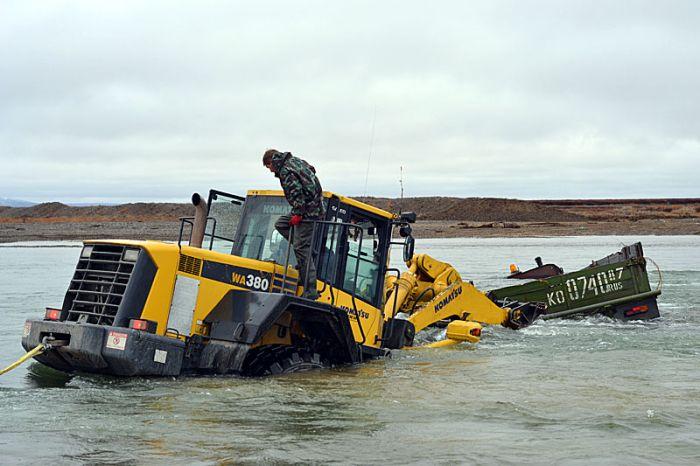 Спасение затопленного УРАЛа (11 фото)