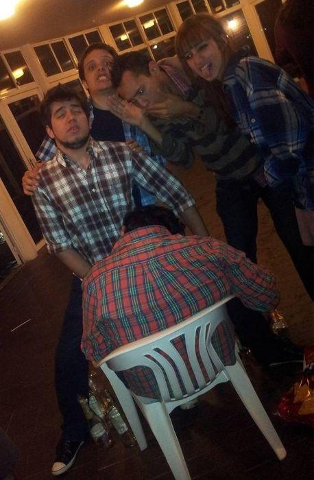 Прикол над пьяным другом (8 фото)