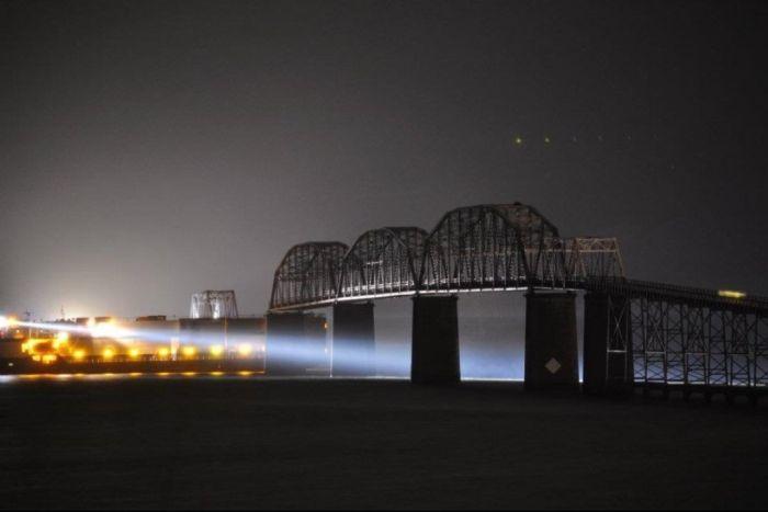 Судно снесло мост в Кентукки (8 фото)