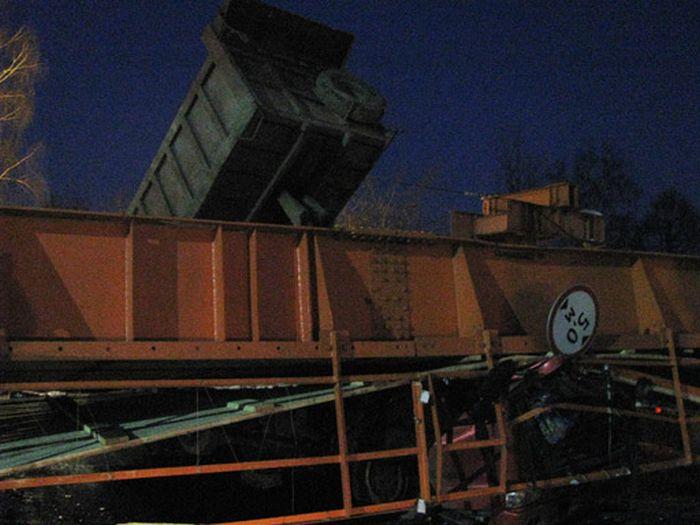 В Химках грузовик снес мост (4 фото + видео)