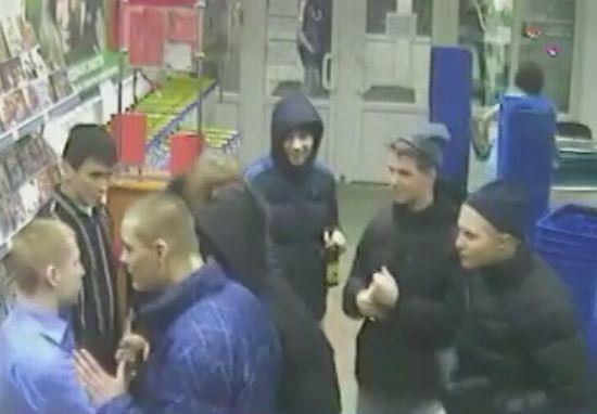 Оборона супермаркета от местных гопников (видео)